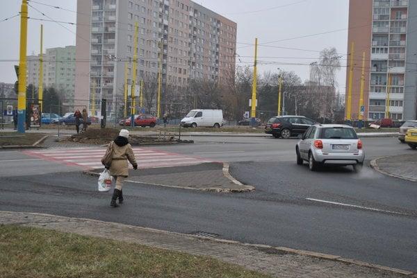 Priechod k električkám. Je len na hlavnej ceste. Chodci musia improvizovať.