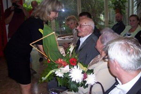 Majstrovi blahoželá riaditeľka Hornonitrianskeho múzea Iveta Géczyová.