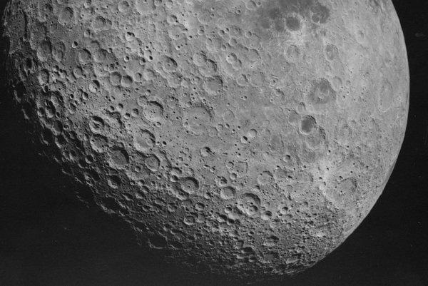 Odvrátená strana mesiaca, ktorú v roku 1972 odfotila misia Apollo 16.