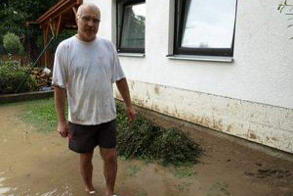 V záhrade Pavla Daniša bolo včera plno vody.
