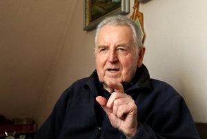 Ján Géci (82) vyštudoval SVŠT Bratislava, odbor Riadenie a organizácia strojárskej výroby. Celý život pracoval v Bani Handlová v rôznych strojárskych funkciách a v roku 1992 odišiel do dôchodku. Vytvoril a edituje webstránku www.seniorhumor.org venovanú seniorom, ktorou sa snaží humorom bojovať proti starobe. Býva v Handlovej, má dve dcéry, štyroch vnukov a troch pravnukov.