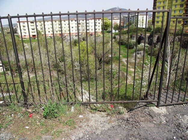 Nad baňou je plot už dlhé roky.