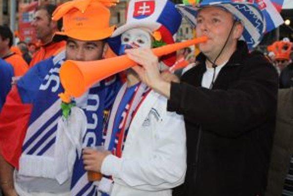 Ľubomír Petic (vpravo) sledoval osemfinálový zápas Slovenska s Holandskom na námestí v Kapskom meste spoločne s holandskými fanúšikmi.