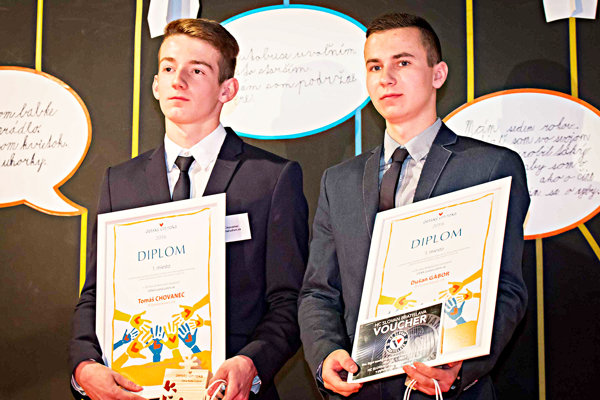 Zľava: Tomáš Chovanec a Dušan Gabor, ocenení za zachraňovanie života pri leteckom nešťastí v kategórii.