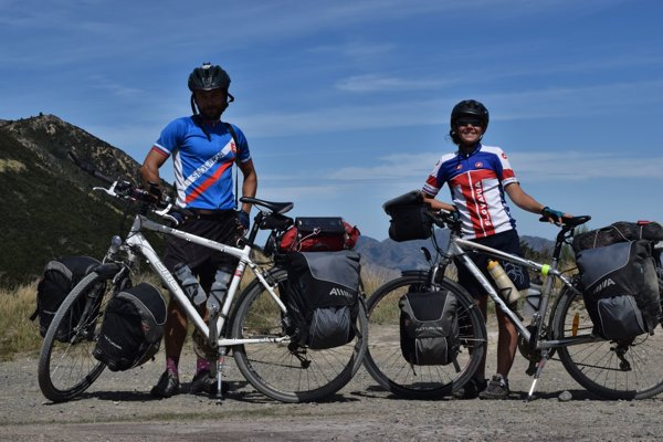 Oliver a Janka skúmajú svet na bicykloch.