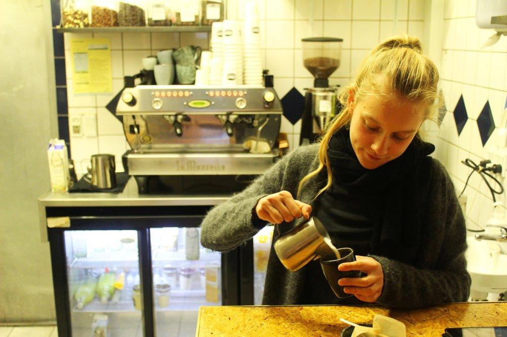 Dvadsaťročná Sára je dietaťom Christianie. Dnes už tu nežije, ale pracuje v miestnej kaviarni.