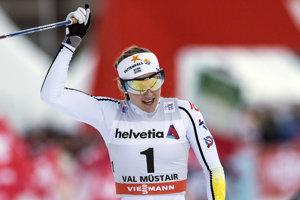 Švédska bežkyňa na lyžiach Stina Nilssonová oslavuje v cieli víťazstvo v šprinte voľnou technikou na 1,5 km v silvestrovskej prvej etape 11. ročníka prestížneho podujatia Tour de Ski v behu na lyžiach vo švajčiarskom stredisku Val Müstair.