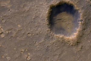 Spirit (v bielom krúžku) a kráter Bonneville.