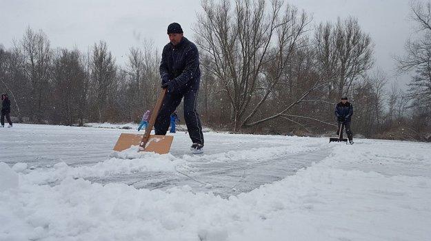 Ľadovú plochu treba najprv očistiť od snehu.