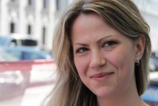 Narodila sa v roku 1983 v Bratislave. Skončila Strednú školu polygrafickú v bratislavskej Rači (reprodukčný grafik), neskôr maturovala na súkromnom gymnáziu. Externe študuje v 2. ročníku Právnickej fakulty na Trnavskej univerzite. V osemnástich sa jej nar