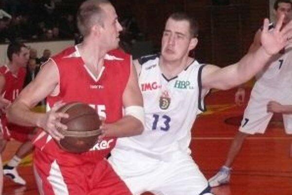 Igor Majoroš (vľavo) v súboji s handlovským hráčom Vladimírom Paraíkom.