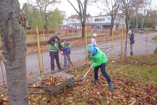 Pri oprave plota a čistení okolia pomáhali v ZŠ A. Dubčeka aj žiaci.