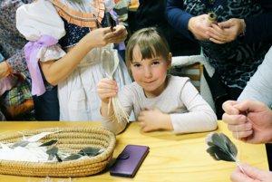 Mladší i starší sa naučili spletať masteničky z husích bŕk.