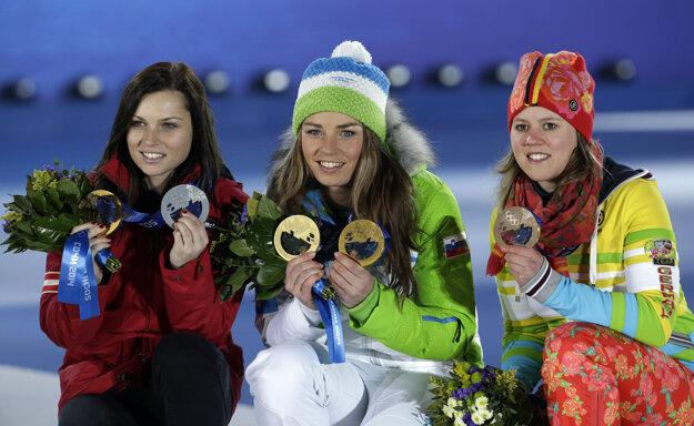 Tina Mazeová (v strede) pózuje s olympijskými medailami v Soči 2014.