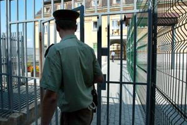 Za mrežami sa ocitol nepravý. Muža, ktorý si išiel sadnúť pod cudzím menom, z väzenia prepustili. Asi tam pôjde zas.