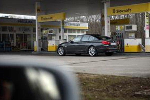 Autá ochranky zrazu potrebujú na jazdu menej benzínu.