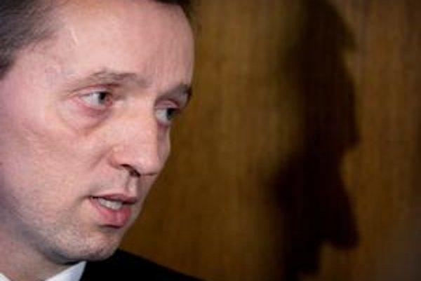 Jozefa Čentéša zvolil parlament za generálneho prokurátora v polovici júna. Prezident vyčkáva s jeho vymenovaním na verdikt Ústavného súdu, či bola zmena pravidiel voľby ústavná. Čentéš ďalej pracuje ako zástupca šéfa trestného odboru na Generálnej pr