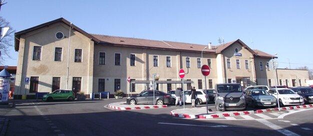 Výpravná budova na železničnej stanici.