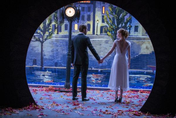 V jednej scéne si La La Land pripomenie aj film Woodyho Allena Polnoc v Paríži.