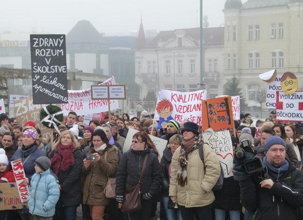 Do neobmedzeného štrajku učiteľov sa zapojili aj školy z okresu. V Leviciach sa konal aj spoločný protest.