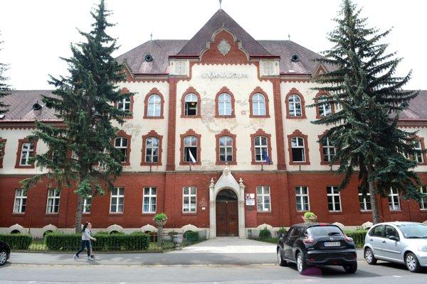 Gymnázium Šrobárova. Jedným z dôvodov pre odvolanie súčasného riaditeľa mala byť zlá atmosféra na škole.