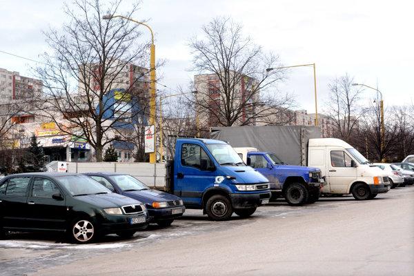 Nákladné autá a dodávky. Na KVP by mali už onedlho parkovať večer len na záchytných parkoviskách.