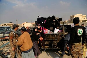 Vojaci pomáhajú civilistom v Mósule.