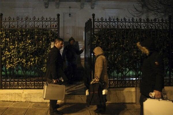 Vyšetrovatelia pred domom ruského konzula.