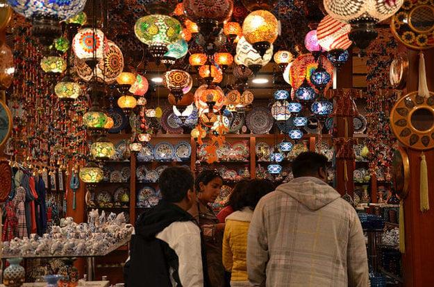 Obchodíky v Side lákajú bohatou ponukou rôznych tovarov.