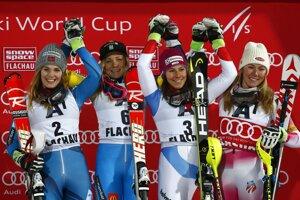 Zľava druhá Nina Losethová, Frida Hansdotterová, Wendy Holdenerová a Mikaela Shiffrinová.