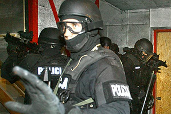 Policajti nasadili kukláčov.