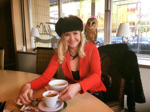 Zuzana Haasová. Čierno-červená kombinácia je nesmrteľná a má ju rada aj známa herečka a speváčka, ktorej káva chutí aj v teplej baranici.
