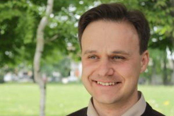 Narodil sa v roku 1980 v Nitre. Vyštudoval Teologickú fakultu Trnavskej univerzity so sídlom v Bratislave (2010). Po štúdiu bol vysvätený za kňaza. Patrí do rehole Spoločnosť Ježišova na Slovensku, ľudovo nazývanej jezuiti. Istý čas bol učiteľom filozofic
