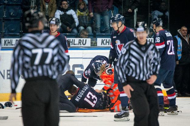 Václav Nedorost opustil ľad na nosidlách.