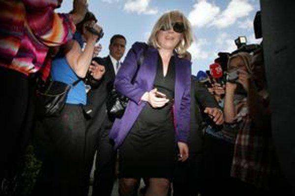 Premiérka Iveta Radičová prichádza na koaličnú radu. Rokovanie trvalo dlho.