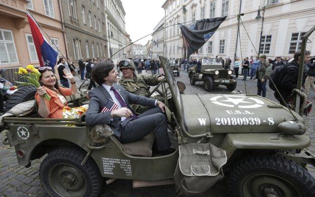 Andrew Schapiro v Prahe vítal aj americký vojenský konvoj.