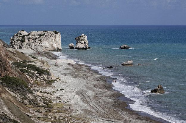 Aphrodite beach s legendárnou skalou, ktorá je považovaná za mýtické miesto narodenia tejto bohyne.