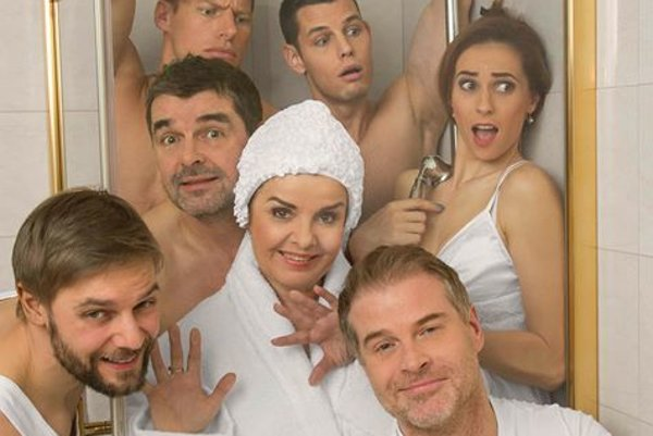 Pripravované predstavenie Horúca sprcha. Zuzku v práci obklopujú muži, v súkromí po žiadnom mimoriadne netúži.