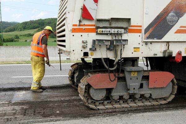 Niekoľko úsekov ciest čakajú opravy a vodičov obmedzenia.