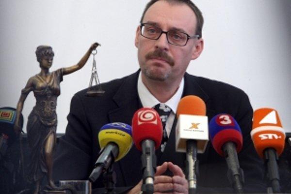 Čas vo funkcii sa generálnemu prokurátorovi Dobroslavovi Trnkovi kráti, náhle zmeny však nekomentuje. Vraj nejde o politiku.