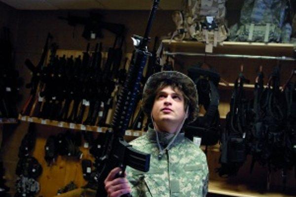 Fľakatý odev a do ruky zbraň sadnú aj zarytým pacifistom. Môžu sa napríklad vcítiť do Sylvestra Stalloneho, keď vo filme Rambo vláčil rovnaký desaťkilový guľomet