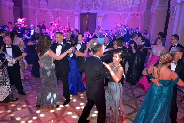Tanečný parket bol stále plný.
