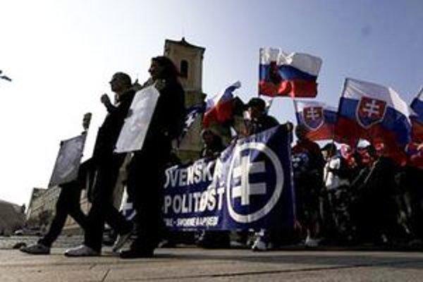Prívrženci zakázanej Slovenskej pospolitosti smerujú k Prezidentskému palácu.