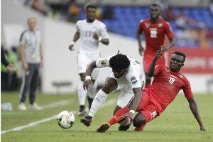 Hráč Toga Atakora Lalawewe (vpravo) posiela sklzom k zemi Francka Yannicka Kessieho z Pobrežia Slonoviny.