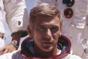 Gene Cernan vo vesmírnom skafandri počas príprav na misiu Apollo 17.