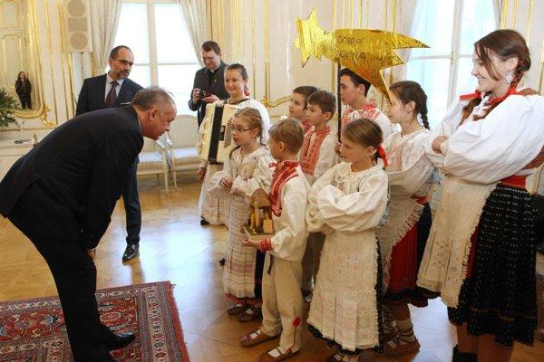 Deti z Brezna počas koledovania u prezidenta.