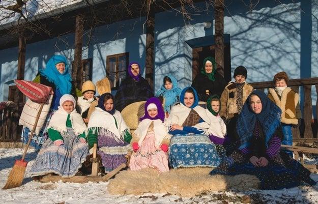 Účastníci sánkovačky v dobovom oblečení.