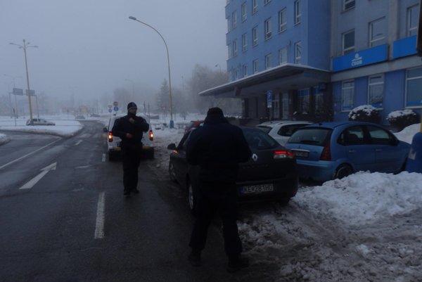 Hliadka mestskej polície. Aktivista 50-eurovú pokutu odmietol na mieste zaplatiť.