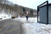 Zastávka Čermeľská. Vsobotu tam autobusy nezastavovali. Vodiči sa báli, že uviaznu na príjazdovej ceste knej.