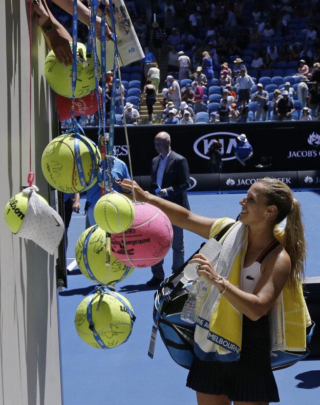 Dominika Cibulková rozdáva podpisy po víťaznom stretnutí druhého kola.